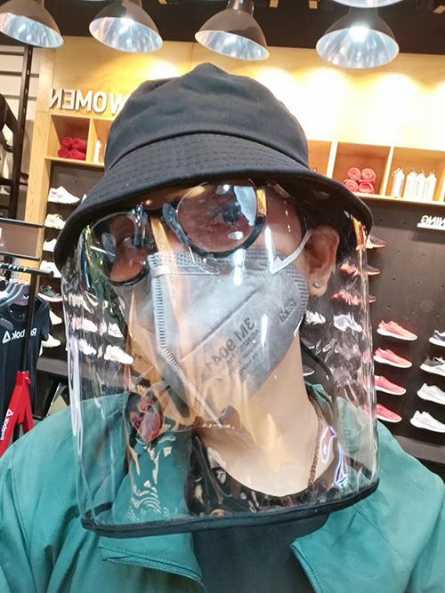 Khi ra ngoài mua sắm, Trương Thị May sử dụng các phụ kiện mắt kính, khẩu trang y tế, mũ phối nhựa plastic để phòng ngừa bệnh dịch.