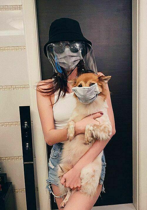 Hoa hậu Khánh Vân nhanh chóng chọn mẫu nón bảo hộ để bảo vệ sức khoẻ giữa dịch Covid-19.