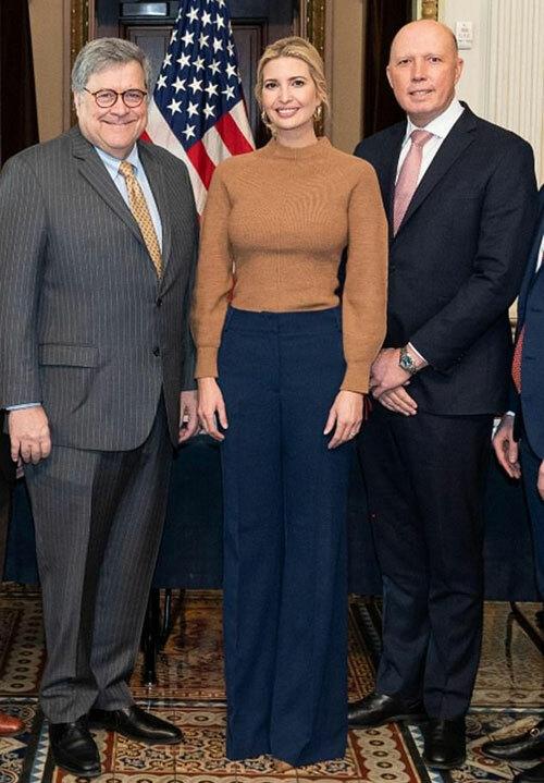 Ivanka Trump chụp ảnh cùng Bộ trưởng Tư pháp Bill Barr (trái) và Bộ trưởng Nội vụ Australia Peter Dutton (phải) ở Nhà Trắng hôm 5/3. Ảnh: White House.