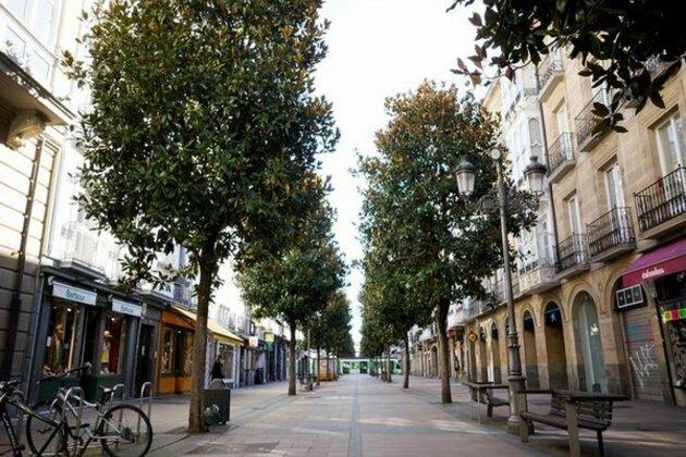 Một con phố ở thành phố Madrid không bóng người sau lệnh phong tỏa hôm 13/3. Ảnh: AP.