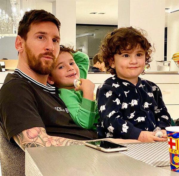 Trên trang cá nhân, Messi đăng ảnh chụp bên hai nhóc Mateo và Ciro cùng dòng tâm sự dài. Sức khỏe phải được đặt lên hàng đầu. Đây là thời điểm khác thường và bạn phải theo hướng dẫn của các tổ chức y tế cùng cơ quan chức năng. Chỉ bằng cách này chúng ta mới chiến đấu có hiệu quả với dịch bệnh. Đây là lúc chúng ta nên ở nhà, có trách nhiệm với gia đình. Không phải lúc nào bạn cũng có thời gian nhiều như này bên những người thân nên cũng tuyệt đấy chứ. Gửi một cái ôm và hy vọng chúng ta sẽ xoay chuyển tình thế càng sớm càng tốt, Messi viết.Trước đó hôm 12/3, Liên đoàn bóng đá Tây Ban Nha thông báo hoãn giải La Liga và toàn bộ cầu thủ Real Madrid phải cách ly hai tuần để tránh lây nhiễm Covid-19 từ các cầu thủ bóng rổ.