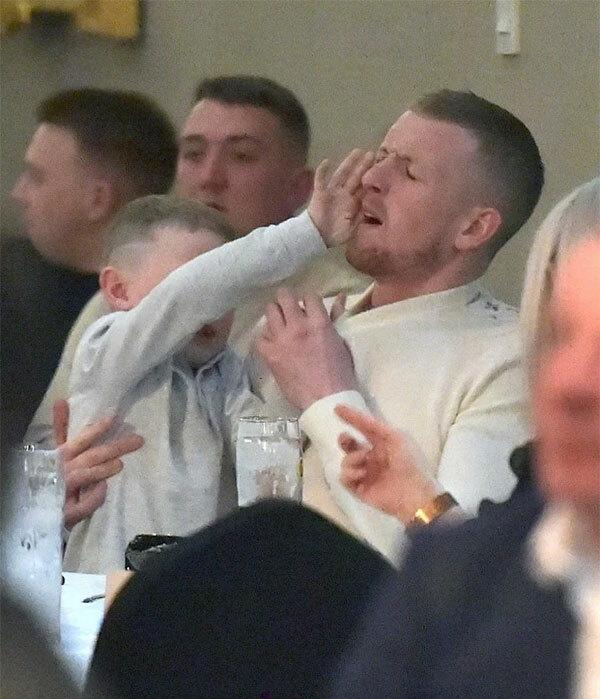 Cặp sao Everton đưa cả con trai Arlo đi cùng.