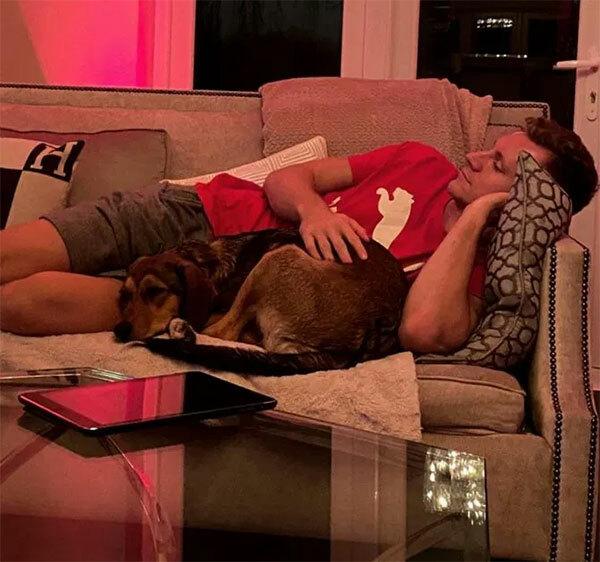 Thủ thành Bernd Leno của Arsenal nằm dài trên sofa xem phim.