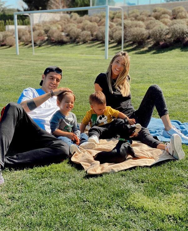 Tiền đạo Morata và vợ đưa hai con