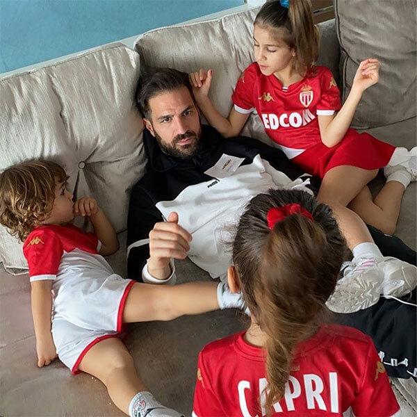 Tiền vệ Fabregas dành thời gian chơi với ba con trong nhà khi được khuyến cáo không nên ra ngoài.