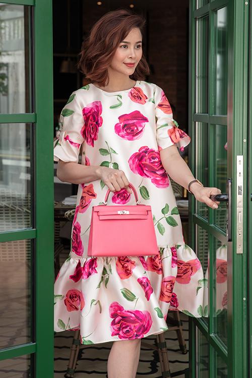 Đầm hạ eo, váy suông giải phóng hình thể và phù hợp với mùa nắng cũng được chăm chút về sắc màu và hoạ tiết bắt mắt.