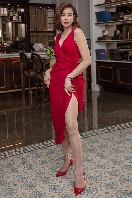 Váy xẻ cao với những đường xếp nếp ngẫu hứng giúp người mặc tôn vẻ đẹp hình thể một cách chừng mưcj.