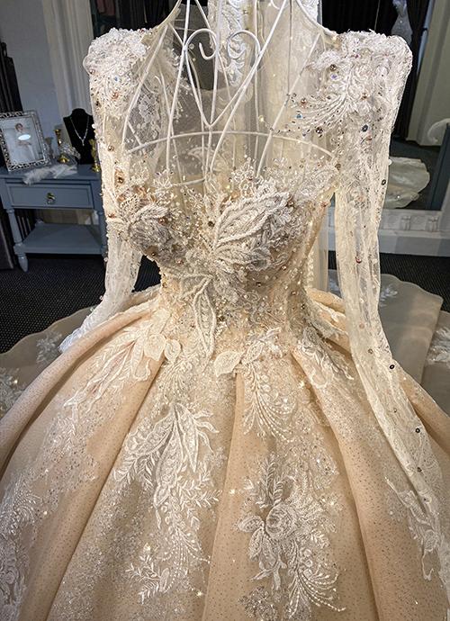 Thân áo được dựng phom dáng corset ghép 12 mảnh, tôn vòng 1, siết eo từ 10 đến 15 cm.