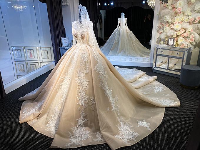 Váy được tạo từ nhiều lớp lang, kết hợp từ sự trong - đục của chất liệu để tạo hiệu ứng ẩn hiện.