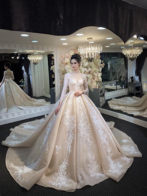 Bộ đầm cưới có thiết kế tùng xoè, thân váy xếp ly mang đậm phong cách thời trang cổ điển Pháp.
