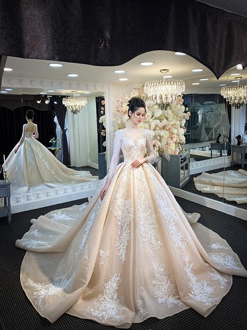 Váy được may 100% từ chất liệu ren Italy với từng hoạ tiếtđược đính kết tỉ mỉ, chi tiết dù là đoá hoa nhỏ nhất, giúp bộ đầm lung linh, bắt sáng khi cô dâu sải bước trên lễ đường.
