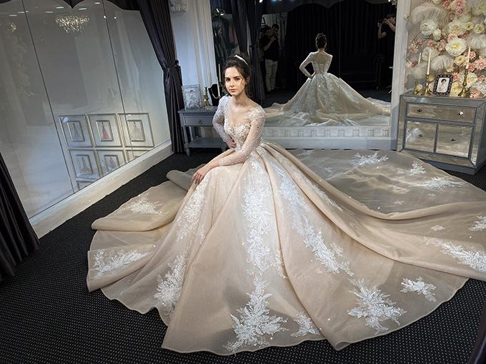 Đuôi váy dài sẽ tạo sự cuốn hút trong từng nhịp bước của cô dâu.