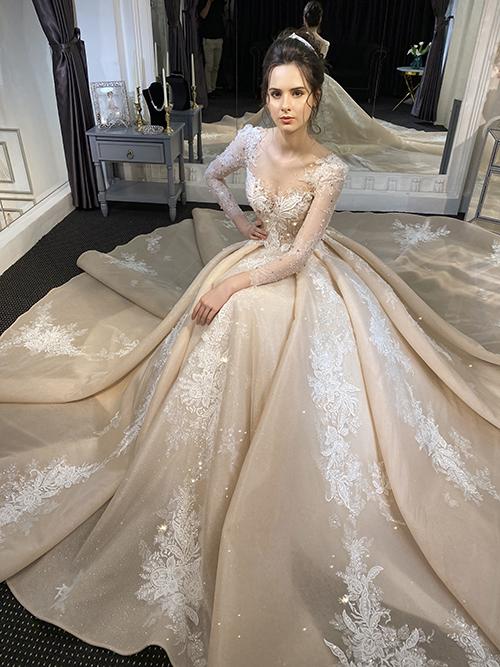 Kiểu dáng váy thông minh 2 trong 1, có tùng tháo rời giúp cô dâu có váy ngắn chào bàn chỉ sau 1 phút.