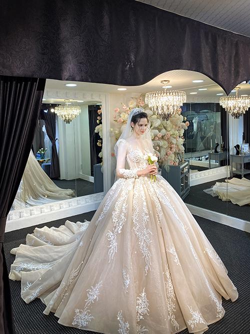 Mẫu đầm cưới được lấy cảm hứng từ váy của các tiểu thư quý tộc Pháp thế kỷ 18. Váy thuộc dòng Limited, được may thủ công, đính kết hoạ tiết hoàn toàn bằng tay, tùng váy xếp ly.