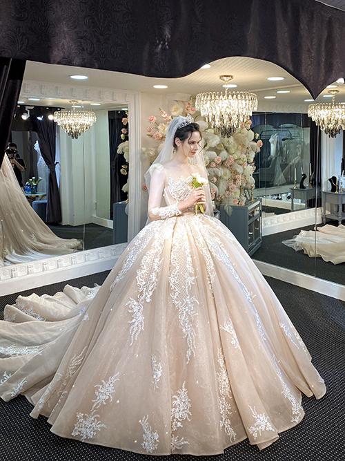 Nhà thiết kế Nguyễn Thanh đem đến sự mới lạ cho váy cưới thuần tuý bằng cách chọnmàu sắc vàng hồng pha trắng, giúp chi tiết ren xuất hiện nổi bật trên nền vải cao cấp nhập khẩu. NTK và cộng sự đã tìm kiếm kỹ lưỡng ở Pháp, Hàn các các chi tiết ren để đính lên thân váy, giúp tác phẩm đầm cưới đạt tới độ hoàn mỹ.