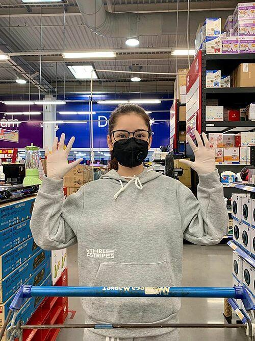 Chi Pu: Đi siêu thị mùa dịch. Trang bị đầy đủ khẩu trang, găng tay, kính mắt..