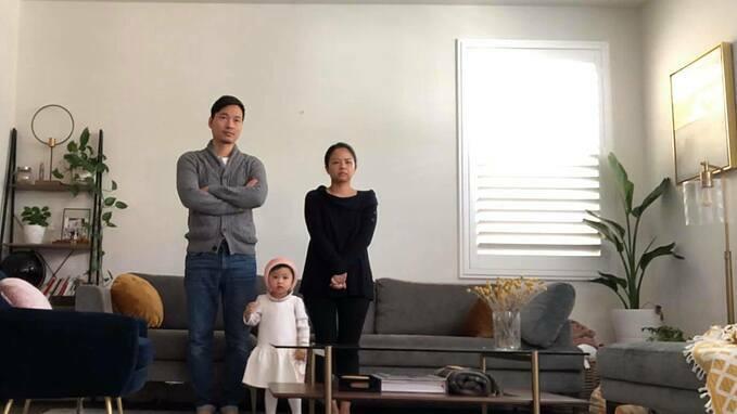 Ở Mỹ, gia đình ca sĩ Đình Bảo dự thánh lễ online tại nhà để cầu xin Chúa cho gia đình vượt qua cơn gian nan và cầu cho thế giới vượt qua đại dịch. Mong cho mỗi người tìm được sự bình an trong những giờ phút tối tăm nhất.