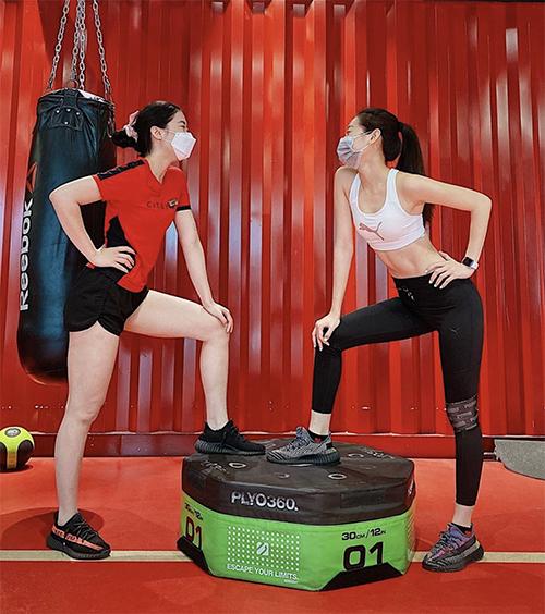 Hoa hậu Khánh Ngân (áo trắng) cũng chọn phong cách tương tự như HHen Niê với áo crop-top, legging khi đi rèn luyện sức khoẻ.