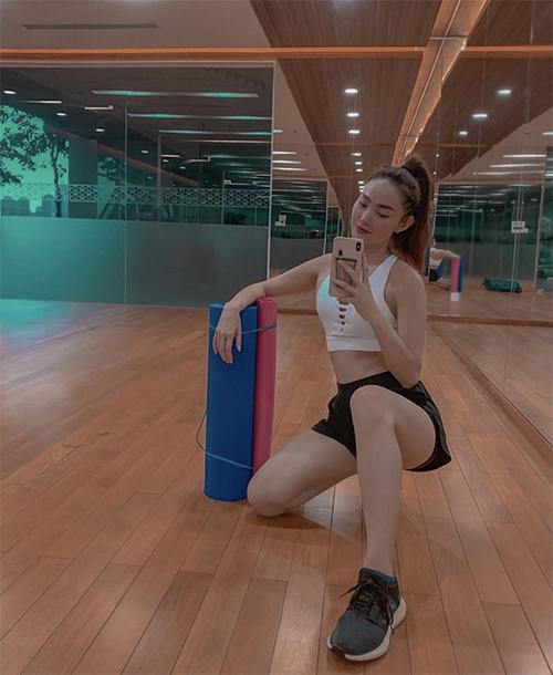 Kiểu copr-top thể thao được nhiều sao Việt ưa chuộng lại được Minh Hằng mix cùng short màu tương phản. Set đồ mang lại sự năng động và thoải mái cho ca sĩ tham gia các bài tập đốt calo, giảm cân.