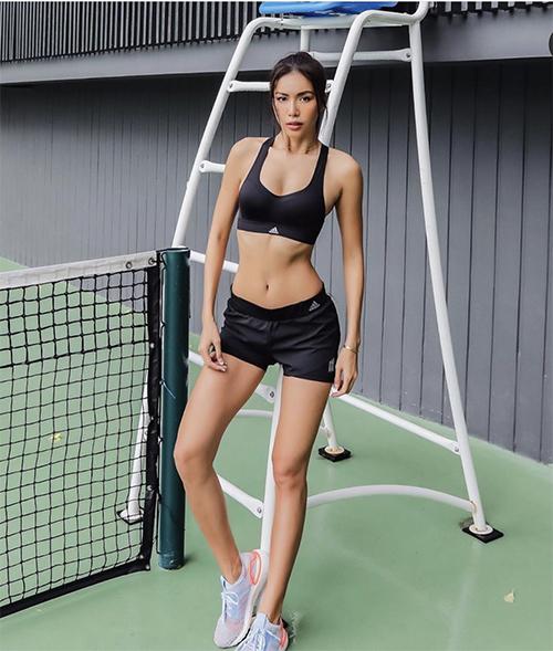 Trong showbiz Việt, Minh Tú là một trong những người đẹp nghiện phòng gym. Chính vì thế cô đầu tư khá nhiều cho đồ tập và giày thể thao.