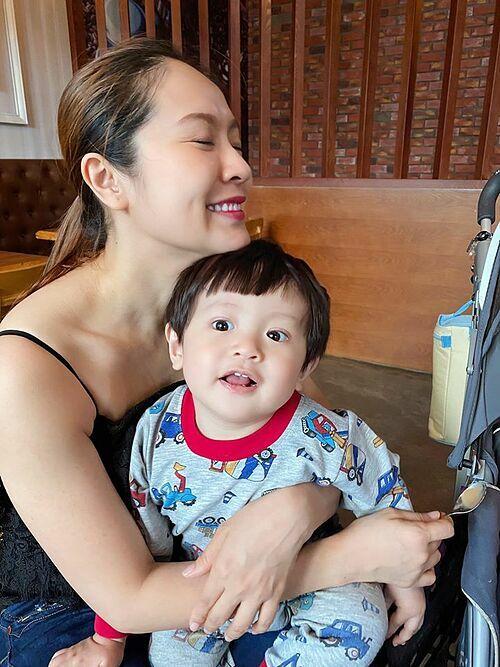 Đức Thịnh đăng ảnh bà xã Thanh Thúy bên con trai khi cả nhà đi uống cà phê sáng và mong: Cầu Chúa ban phước cho con người vượt qua được bệnh dịch corona.