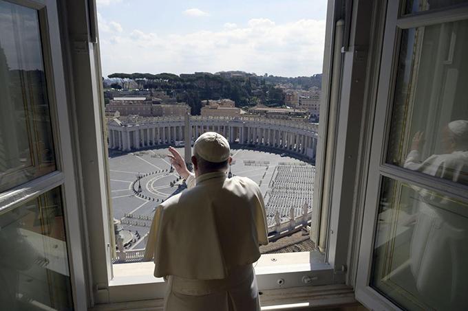 Các buổi giảng đạo, làm lễ đông người tại Vatican cũng bị huỷ bỏ. Giáo hoàng Francis làm lễ ban phước lành hàng tuần trước quảng trường St. Peters trống vắng. Các tín đồ không thể ra khỏi nhà để dự lễ dolệnh cấm các cuộc tụ họp đông người.