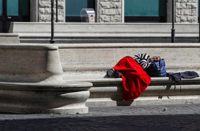 Đại dịch này được cho là ảnh hưởng lớntới những người vô gia cư ở Italy nói riêng và châu Âu nói chung. Họ không có nhà để ở, do đó buộc phải nằm ngủ trên vỉa hè, các ghế đá và tất nhiên là rất hạn chế về các trang thiết bị bảo vệ sức khoẻ như khẩu trang, nước sát khuẩn.