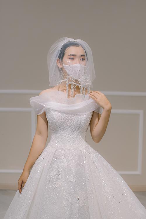 Xuất phát từviệc mọi người đều đeo khẩu trang phòng bệnh Covid-19, chúng tôi đã nảy sinh ra ý tưởng cho may khẩu trang đồng điệu với đầm cưới để cô dâu diện trong ngày đại hỷ. Chiếc khẩu trang giúp cô dâu bảo vệ sức khoẻ và mang lại một kỷ niệm đáng nhớ cho cuộc đời, Trà Linh, đại diện thương hiệu váy cưới Hacchic Couture tiết lộ.