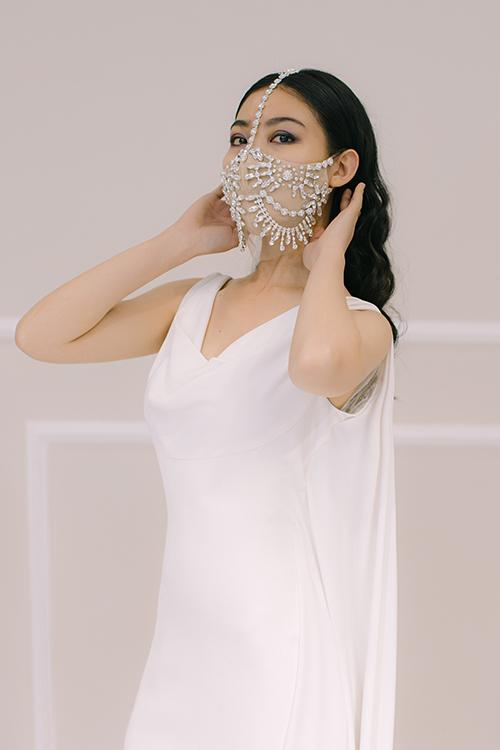 Chiếc khẩu trang trở thành phụ kiện đặc sắc của mẫu váy tối giản.