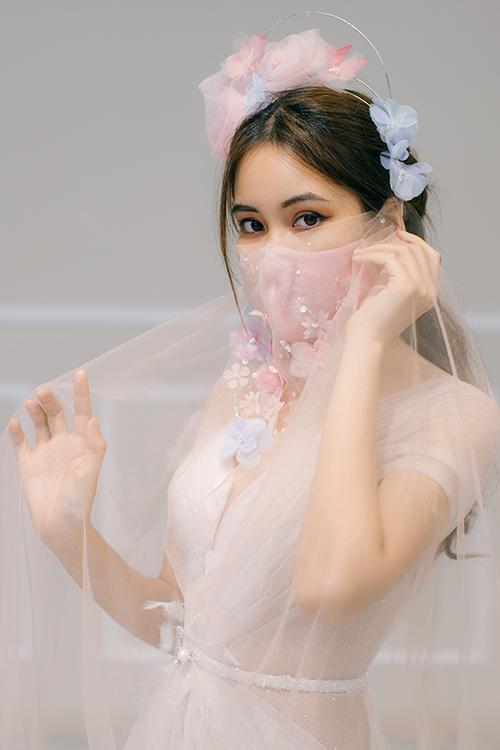 Khẩu trang và bờm đi kèm váy được đính hoa 3D màu sắc, giúp bộ cánh trở nên ấn tượng hơn.