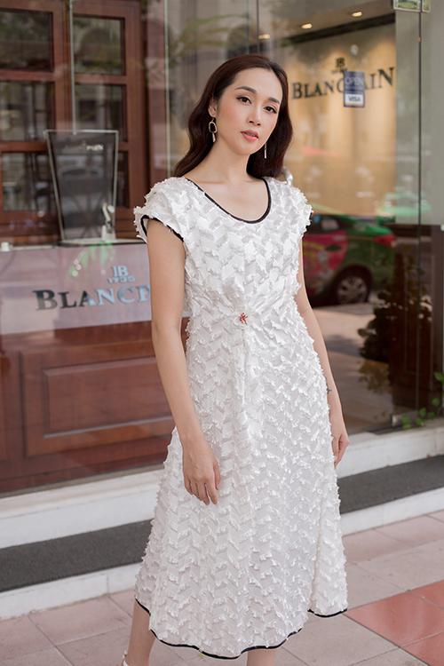 Đầm liền thân kết hợp chất liệu vải dệt seuqins được trang trí thêm phần viền cổ, tay áo và chân váy tông màu tương phản. Sắc trắng nhẹ nhàng cũng tạo cảm giác dịu mắt trong tiết trời mùa hè.