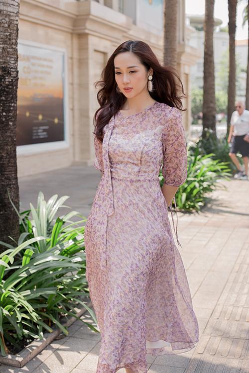 Trang phục dành cho ngày hè được thể hiện trên nhiều chất liệu chiffon lụa, voan lụa, bố mỏng, ren.