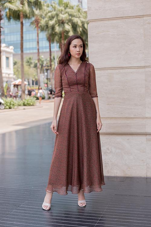 Bên cạnh các mẫu váy dài qua gối, bộ sưu tập còn giới thiệu những kiểu đầm maxi thiết kế trên chất liệu vải mềm, có độ bay nhẹ nhàng.