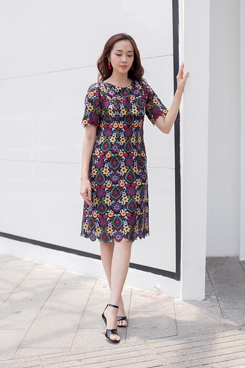 Đan xen giữa loạt váy lụa in hoạ tiết hoa nhí, hoa tông màu pastel là các mẫu váy ren gam màu tươi sáng hơn.