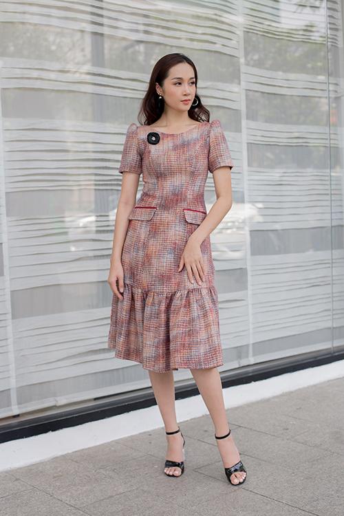 Một số chất liệu tweed, bố cũng được nhà thiết kế chọn lọc để tạo nên các mẫu đầm cocktail, váy hạ eo, đầm vai bồng...