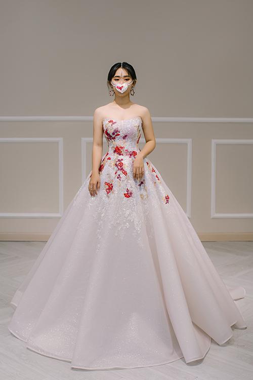 Váy mang phom dáng xoè nhẹ, được điểm hoạ tiết hoa màu sắc từ các hạt đá. Bộ đầm có giá bán 70 triệu đồng, giá thuê 35 triệu đồng.