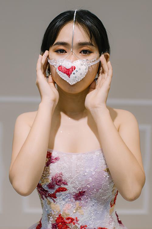 Váy Rami được kết hợp cùng khẩu trang hình trái tim.