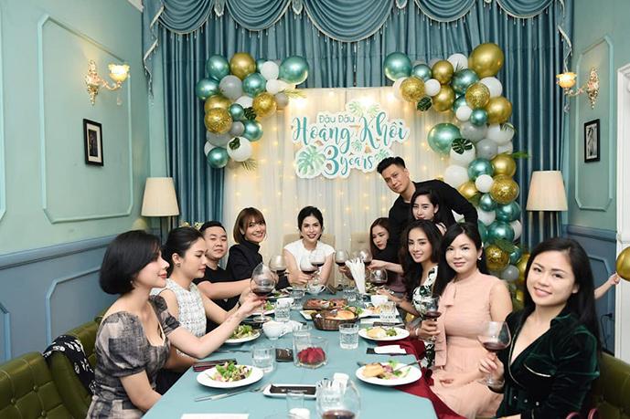 Việt Anh và vợ cũ Hương Trần (áo trắng - ngồi giữa) cùng nhau tổ chức sinh nhật 3 tuổi cho con trai Đậu Đậu.
