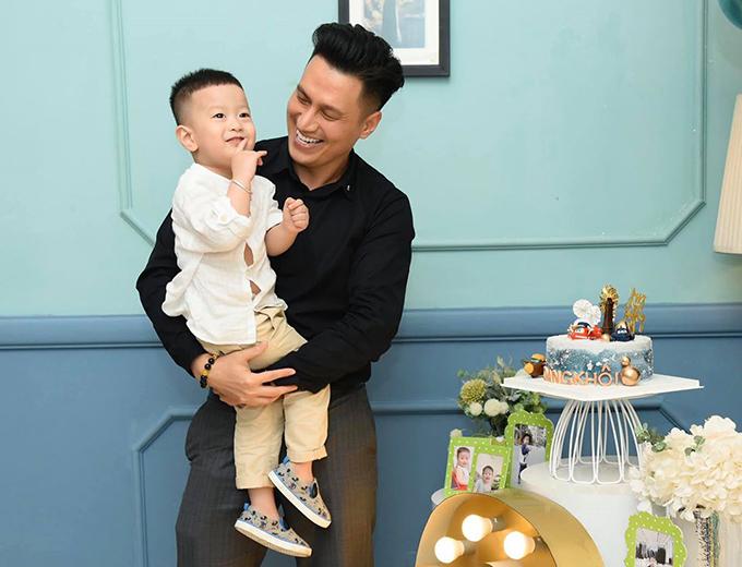 Việt Anh và con trai Đậu Đậu trong tiệc sinh nhật 3 tuổi của cậu bé.