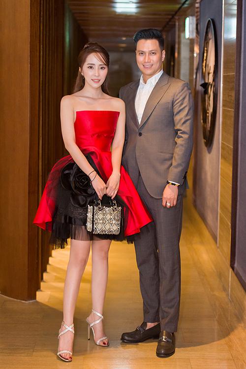 Quỳnh Nga và Việt Anh sánh đôi tại buổi họp báo ra mắt phim Sinh tử.
