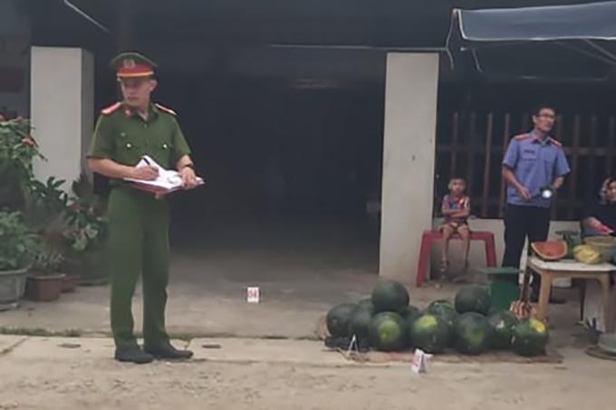 Nhà chức trách ghi nhận hiện trường vụ việc. Ảnh: Hà Thương