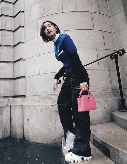 Ngoài lối mix-match váy áo sắc hồng cho phong cách street style, Châu Bùi và nhiều sao Việt còn chọn phụ kiện màu nữ tính để phối đồ.