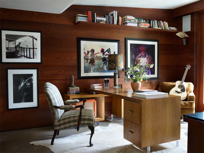 Phòng làm việc của nữ diễn viên Hollywood. Đối diện với bức tường treo đầy ảnh này là một kệ sách lớn. Dakota là người mê đọc sách và các tác phẩm văn học.