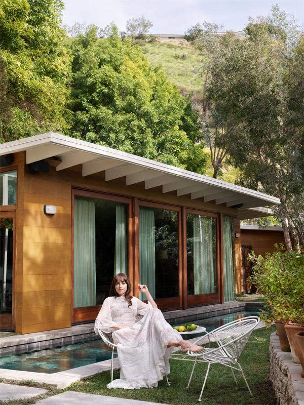 Dakota tự hào khoe căn biệt thự xinh xắn của cô trên tạp chí Architectural Digest. Nữ diễn viên 30 tuổi mua ngôi nhà vào năm 2016 bằng tiền kiếm được từ cát-xê ba phần phim 50 sắc thái.