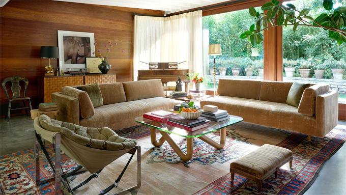 Phòng khách với cửa kính lớn đón ánh nắng từ buổi sáng sớm và view nhìn ra bể bơi. Dakota kê nhiều sofa để đón khách khứa, tạo cảm giác thoải mái.