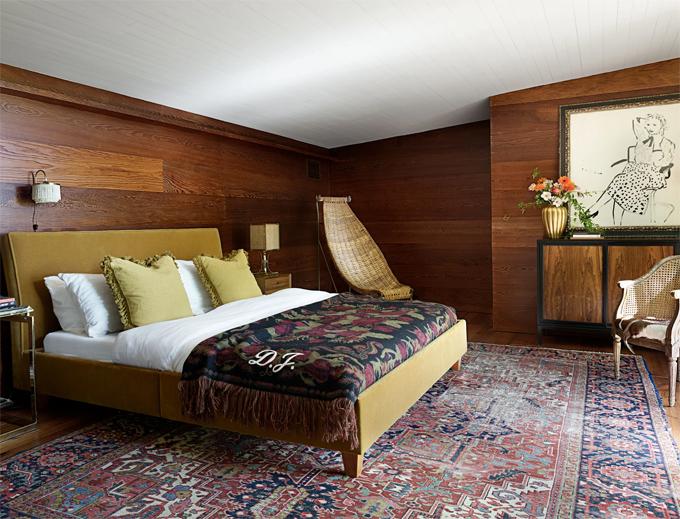 Phòng ngủ với phong cách vintage. Ga giường được thêu tên viết tắt của Dakota Johnson.