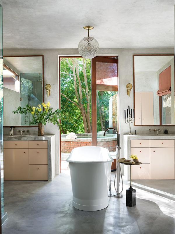 Phòng tắm với tôn trắng, hồng gợi cảm giác thư giãn. Phía bên ngoài là bồn tắm nước nóng.