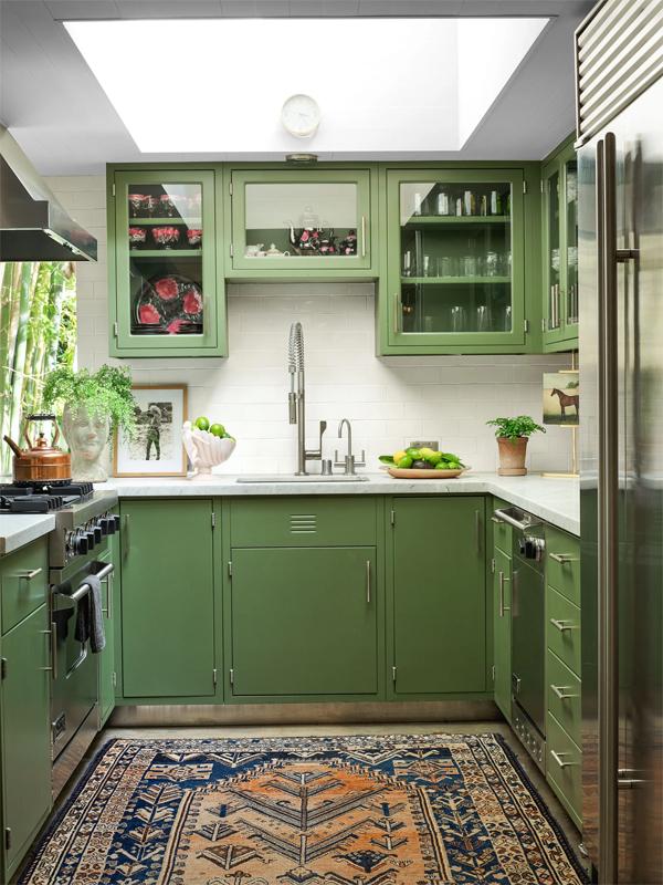 Dakota sơn tủ bếp màu xanh. Cô thích nấu nướng và mê sưu tập bát đĩa.