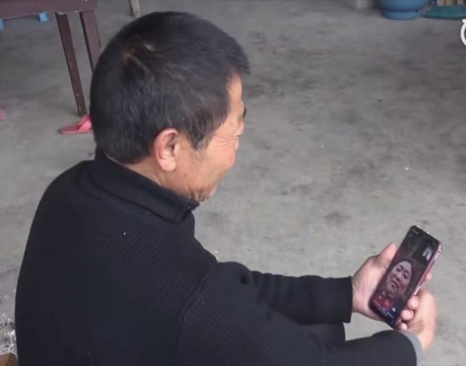 Ông Zhu nói chuyện với người thân trong gia đình qua cuộc điện thoại video. Ảnh: China Plus.