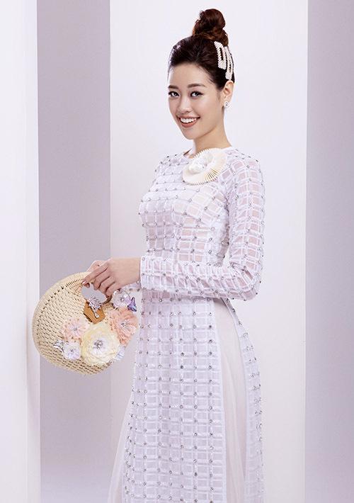 [Caption Trong bộ ảnh, nhà thiết kế Minh Châu tận dụng những kiểu dáng áo dài truyền thống kết hợp với xu hướng thời trang hiện đại để tạo nên những thiết kế tiệm cận với thị trường thời trang. Trong đó, đáng chú ý là họa tiết nổi được sắp xếp một cách tinh tế, giúp người mặc trở nên nổi bật hơn khi di chuyển. Nhà thiết kế Minh Châu cho biết việc thuyết phục những cô gái trẻ diện áo dài khi xuất hiện trong những dịp quan trọng khá khó khăn. Vì vậy, anh muốn thực hiện những mẫu áo dài này để họ có thể tin tin lựa chọn, vừa sang trọng nhưng cũng tôn lên vẻ truyền thống vốn là thương hiệu của phái đẹp Việt.